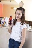 Ευτυχές σιρόπι φραουλών εκμετάλλευσης κοριτσιών στην αίθουσα παγωτού στοκ φωτογραφίες