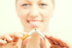Ευτυχές σπάζοντας τσιγάρο γυναικών Στοκ εικόνα με δικαίωμα ελεύθερης χρήσης