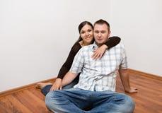 ευτυχές σπίτι ζευγών νέο Στοκ εικόνα με δικαίωμα ελεύθερης χρήσης