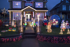 Ευτυχές σπίτι στολισμένο έξω για τα Χριστούγεννα Στοκ Εικόνα