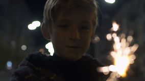 Ευτυχές σπινθήρισμα πυροτεχνημάτων αγοριών αναμμένο εκμετάλλευση στη Παραμονή Χριστουγέννων, εορτασμός με την οικογένεια απόθεμα βίντεο