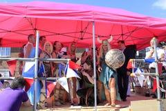 Ευτυχές στάδιο Folkestone UK φυλών αλιευτικών πλοιαρίων πληρωμάτων Στοκ Εικόνα