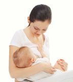 Ευτυχές στήθος σίτισης μητέρων το μωρό της πέρα από το λευκό Στοκ Εικόνες