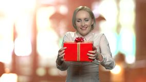 Ευτυχές συγκινημένο λαμβανόμενο γυναίκα δώρο γενεθλίων απόθεμα βίντεο