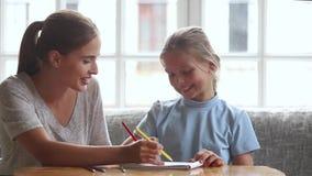 Ευτυχές σχέδιο μπέιμπι σίτερ mom με την κόρη παιδάκι στο σπίτι απόθεμα βίντεο