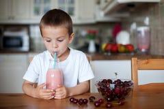 Ευτυχές σχολικό αγόρι που πίνει έναν υγιή καταφερτζή ως πρόχειρο φαγητό Στοκ φωτογραφίες με δικαίωμα ελεύθερης χρήσης