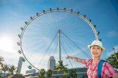 Ευτυχές ταξίδι γυναικών της Ασίας ιπτάμενο της Σιγκαπούρης, Σιγκαπούρη Στοκ εικόνα με δικαίωμα ελεύθερης χρήσης