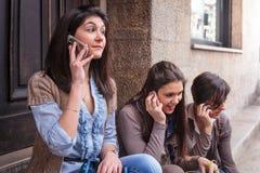 ευτυχές τηλέφωνο κοριτσιών Στοκ Εικόνα