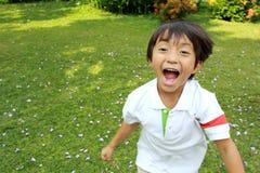 Ευτυχές τρέξιμο μικρών παιδιών Στοκ φωτογραφία με δικαίωμα ελεύθερης χρήσης