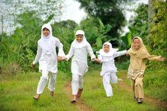 ευτυχές τρέξιμο παιδιών στοκ φωτογραφία
