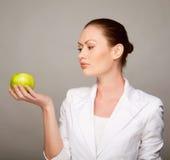 Ευτυχές υγιές μήλο εκμετάλλευσης γυναικών Στοκ φωτογραφίες με δικαίωμα ελεύθερης χρήσης