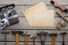 Ευτυχές υπόβαθρο ημέρας πατέρων, κάρτα με τα εργαλεία επισκευής Στοκ φωτογραφίες με δικαίωμα ελεύθερης χρήσης