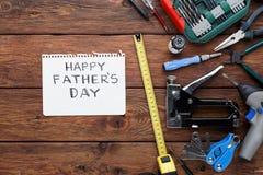 Ευτυχές υπόβαθρο ημέρας πατέρων, κάρτα με τα εργαλεία επισκευής Στοκ φωτογραφία με δικαίωμα ελεύθερης χρήσης