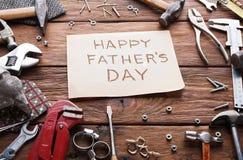 Ευτυχές υπόβαθρο ημέρας πατέρων, κάρτα με τα εργαλεία επισκευής Στοκ Φωτογραφίες
