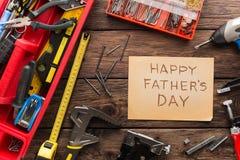 Ευτυχές υπόβαθρο ημέρας πατέρων, κάρτα στο αγροτικό ξύλο με τα εργαλεία επισκευής Στοκ Φωτογραφίες