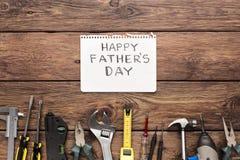 Ευτυχές υπόβαθρο ημέρας πατέρων, κάρτα στο αγροτικό ξύλο με τα εργαλεία επισκευής Στοκ φωτογραφία με δικαίωμα ελεύθερης χρήσης