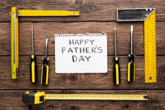 Ευτυχές υπόβαθρο ημέρας πατέρων, κάρτα στο αγροτικό ξύλο με τα εργαλεία επισκευής Στοκ Εικόνες