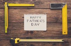 Ευτυχές υπόβαθρο ημέρας πατέρων, κάρτα στο αγροτικό ξύλο με τα εργαλεία επισκευής Στοκ εικόνες με δικαίωμα ελεύθερης χρήσης