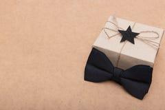 Ευτυχές υπόβαθρο ημέρας πατέρων ` s Όμορφο αναδρομικό κιβώτιο δώρων ύφους και μαύρος δεσμός τόξων στο καφετί υπόβαθρο Ημέρα πατέρ Στοκ Εικόνα