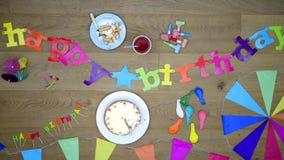Ευτυχές υπόβαθρο κομμάτων Birtday με τη τοπ άποψη κέικ φιλμ μικρού μήκους