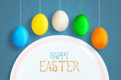 Ευτυχές υπόβαθρο Πάσχας με τα πολύχρωμα αυγά Πάσχας στο σχοινί r r E Ιπτάμενο απεικόνιση αποθεμάτων