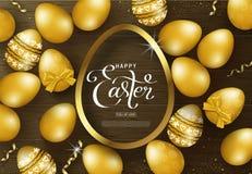 Ευτυχές υπόβαθρο Πάσχας με τα χρυσά αυγά, το πλαίσιο και serpentine στην ξύλινη σύσταση Σχεδιάγραμμα σχεδίου για την πρόσκληση, κ Στοκ φωτογραφίες με δικαίωμα ελεύθερης χρήσης