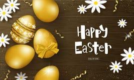 Ευτυχές υπόβαθρο Πάσχας με τα χρυσά αυγά, chamomiles και serpentine στην ξύλινη σύσταση Σχεδιάγραμμα σχεδίου για την πρόσκληση Στοκ φωτογραφίες με δικαίωμα ελεύθερης χρήσης