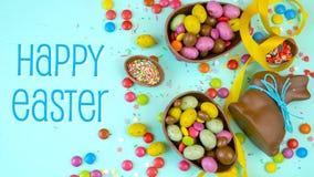Ευτυχές υπόβαθρο σοκολάτας Πάσχας παρακμιακό υπερυψωμένο με τα αυγά και την καραμέλα Πάσχας φιλμ μικρού μήκους