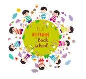 Ευτυχές φθινόπωρο και πίσω στο σχολείο Φωτεινό υπόβαθρο με τα αστεία ζώα και τα ευτυχή παιδιά που είναι στον επίγειο κύκλο Στοκ Φωτογραφία