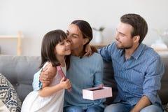 Ευτυχές φιλί mom χαριτωμένο λίγη κόρη που ευχαριστεί για το παρόν στοκ φωτογραφίες