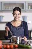 Ευτυχές φιλικό νέο μαγειρεύοντας γεύμα νοικοκυρών Στοκ Φωτογραφία