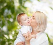 Ευτυχές φιλώντας χαμογελώντας μωρό μητέρων Στοκ εικόνες με δικαίωμα ελεύθερης χρήσης
