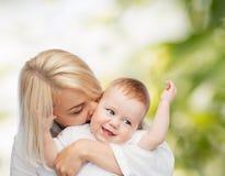 Ευτυχές φιλώντας χαμογελώντας μωρό μητέρων Στοκ Εικόνα