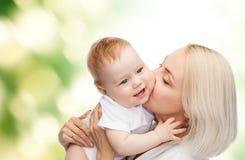 Ευτυχές φιλώντας χαμογελώντας μωρό μητέρων Στοκ εικόνα με δικαίωμα ελεύθερης χρήσης