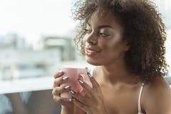 Ευτυχές φλυτζάνι κατανάλωσης κοριτσιών του ποτού Στοκ εικόνες με δικαίωμα ελεύθερης χρήσης