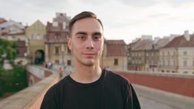 Ευτυχές χαμογελώντας άτομο στην πόλη απόθεμα βίντεο