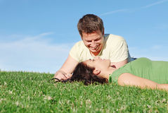 Ευτυχές χαμογελώντας ζεύγος ερωτευμένο στοκ εικόνες
