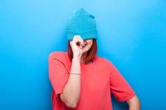 Ευτυχές χαμογελώντας και γελώντας δροσερό κορίτσι εφήβων που φορά ένα μπλε καπέλο Στοκ Φωτογραφίες