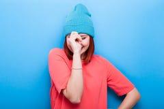 Ευτυχές χαμογελώντας και γελώντας δροσερό κορίτσι εφήβων που φορά ένα μπλε καπέλο Στοκ εικόνα με δικαίωμα ελεύθερης χρήσης