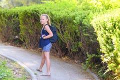 Ευτυχές χαμογελώντας κορίτσι πίσω στο σχολείο στοκ φωτογραφίες με δικαίωμα ελεύθερης χρήσης