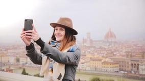Ευτυχές χαμογελώντας κορίτσι τουριστών που παίρνει τη φωτογραφία smartphone selfie στο καταπληκτικό πανόραμα εικονικής παράστασης απόθεμα βίντεο