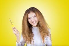 Ευτυχές, χαμογελώντας μικρό κορίτσι που βουρτσίζει τα δόντια της με την οδοντόπαστα de στοκ εικόνα με δικαίωμα ελεύθερης χρήσης