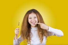 Ευτυχές, χαμογελώντας μικρό κορίτσι που βουρτσίζει τα δόντια της με την οδοντόπαστα de στοκ φωτογραφίες με δικαίωμα ελεύθερης χρήσης