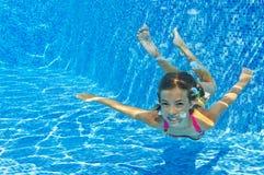 Ευτυχές χαμογελώντας υποβρύχιο παιδί στην πισίνα στοκ εικόνες