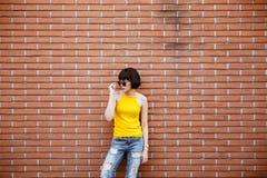 Ευτυχές χαμογελώντας hipster δροσερό κορίτσι μόδας στα γυαλιά ηλίου που θέτουν στοκ εικόνες