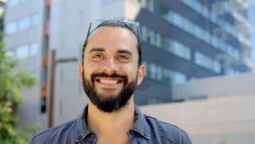 Ευτυχές χαμογελώντας άτομο με τη γενειάδα στην οδό 20 πόλεων απόθεμα βίντεο
