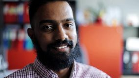 Ευτυχές χαμογελώντας άτομο με τη γενειάδα στο γραφείο απόθεμα βίντεο
