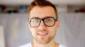 Ευτυχές χαμογελώντας άτομο eyeglasses απόθεμα βίντεο