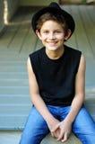 Ευτυχές χαμογελώντας αγόρι σε ένα μαύρο καπέλο Στοκ εικόνα με δικαίωμα ελεύθερης χρήσης