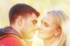 Ευτυχές χαμογελώντας ζεύγος ερωτευμένο στο ηλιοβασίλεμα Στοκ Εικόνες